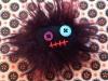 broche-monstre-noir-yeux-bleu-violet